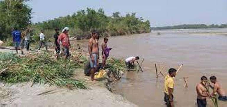 कर्णाली नदीले तटबन्ध भत्काएपछि कर्णाली गाउँ पस्ने खतरा