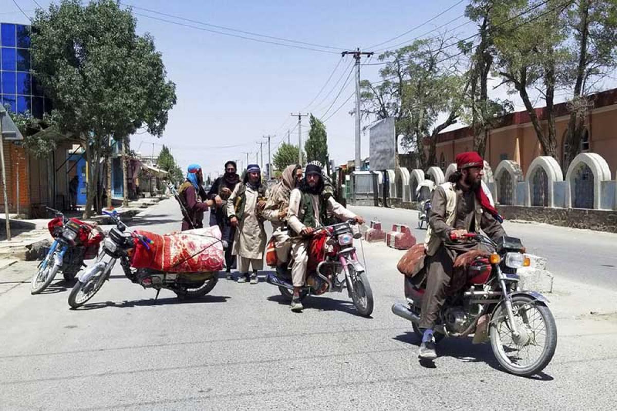 विगतका तालिबानी कडाकु काबुलका शहरमा सैन्य गस्ती गर्दै